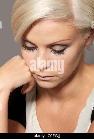 Junge Frau mit kurzen blonden Haaren und blauen Augen - Stockfoto