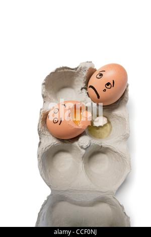 Eiern in einem Karton mit einem Ei gebrochen - Stockfoto