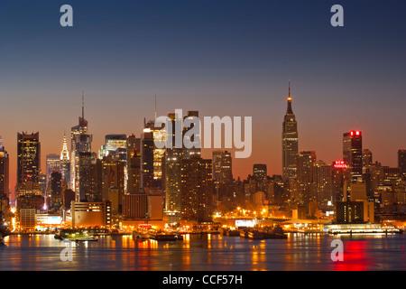Die Sonne geht hinter Midtown Manhattan Skyline - Stockfoto