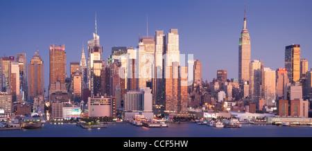 Panoramablick auf die Skyline von Midtown Manhattan bei Sonnenuntergang - Stockfoto