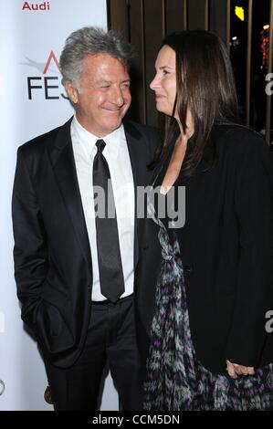 "6. November 2010 - Los Angeles, Kalifornien, USA - Schauspieler DUSTIN HOFFMAN und Frau LISA in ""Barney's Version"" - Stockfoto"