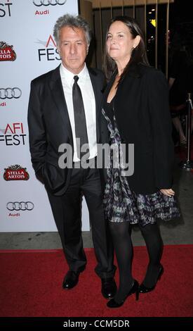 "6. November 2010 - Los Angeles, Kalifornien, USA - Schauspieler DUSTIN HOFFMAN und Frau LISA in ""Barney's Version"" - Stockfoto"