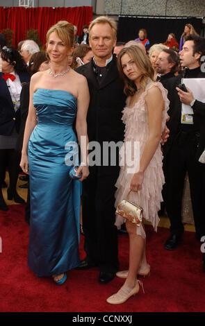 29. Februar 2004; Hollywood, Kalifornien, USA; Oscar-Verleihung 2004: Sänger STING, Frau TRUDIE STYLER und ihre Tochter kommen bei der 76. Oscar-Verleihung im Kodak Theatre in Hollywood statt. Stockfoto