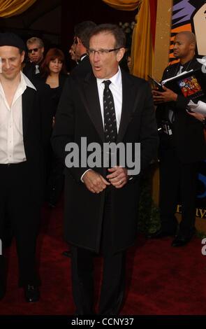 29. Februar 2004; Hollywood, Kalifornien, USA; Oscar-Verleihung 2004: Schauspieler ROBIN WILLIAMS der 76th Annual Academy Awards, angekommen im Kodak Theater statt.