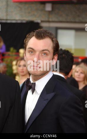 29. Februar 2004; Hollywood, Kalifornien, USA; Oscar-Verleihung 2004: Schauspieler JUDE LAW der 76th Annual Academy Awards, angekommen im Kodak Theater statt.