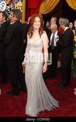 29. Februar 2004; Hollywood, Kalifornien, USA; Oscar-Verleihung 2004: Schauspielerin JULIANNE MOORE der 76th Annual Academy Awards, angekommen im Kodak Theater statt.
