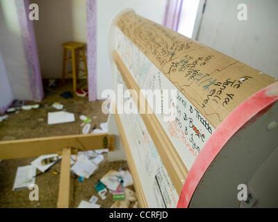 Noten und Namen auf ein Bettgestell zusammen mit verlassenen persönliches Eigentum zurückgelassen in einem bankeigenen - Stockfoto