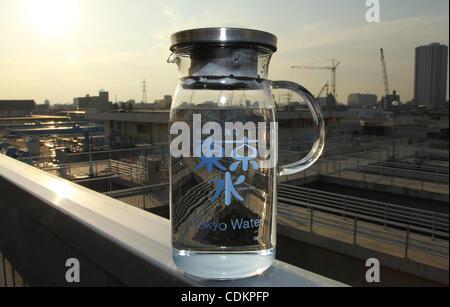 24. März 2011 - Wasser Tokyo, Japan - ein Krug Wasser in die Kanamachi verarbeitet reinigende Pflanze in Tokio. - Stockfoto