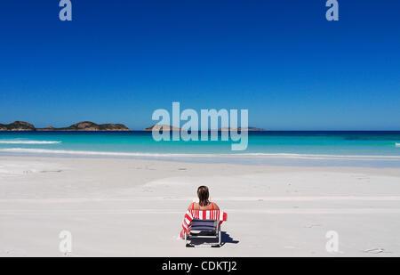 26. März 2011 - Esperance, Western Australia, Australien - A Beachgoer sitzt auf dem weißen sand Strand von Lucky - Stockfoto