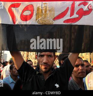 """Eine ägyptische Demonstranten hält seine nationale Fahne mit der Aufschrift """"Revolutionäre des 25."""", bezieht sich - Stockfoto"""