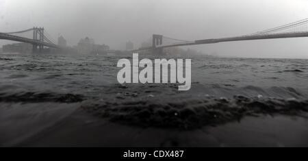 28. August 2011 Wappen - Manhattan, New York, USA - Wasser über den Deich entlang des East River zwischen Manhattan - Stockfoto