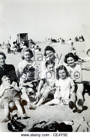 Familienstrand Szene der 1940er Jahre - Stockfoto
