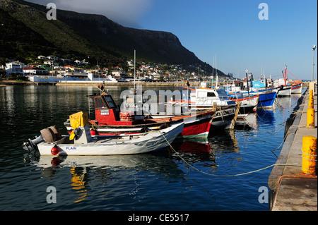 Bunte Fischerboote in Fish Hoek Hafen, Kap-Halbinsel, Western Cape, Südafrika - Stockfoto