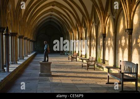 Die Klöster in Salisbury Kathedrale von Salisbury, Wiltshire, England, UK. Die Statue ist von Sean Henry. - Stockfoto