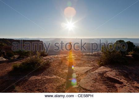 Frau auf der Suche über Canyon Tal mit Abendsonne, Canyonlands National Park, Colorado, Vereinigte Staaten von Amerika - Stockfoto