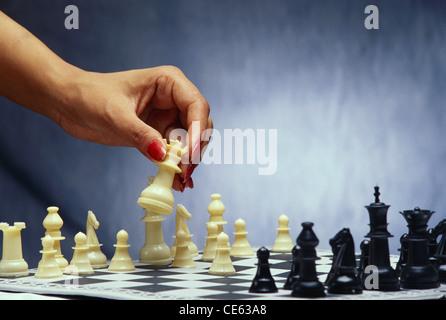 Hand bewegt weißen Schachfigur spielen Schach Herr #234 - Stockfoto