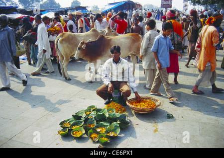 Verkauf von Blumen Mann; Haridwar; Uttaranchal; Indien - Stockfoto