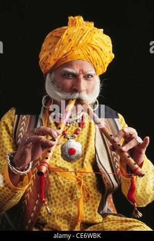 BDR 83365: indische Rajasthani Volksmusiker spielen Musikinstrumente Wind zwei Flöten Jaipur Rajasthan Indien Herr - Stockfoto