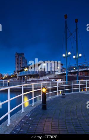 England, Greater Manchester, Salford Quays. Brücke über Mariners Kanal in der Nähe von Ontario Becken - Stockfoto
