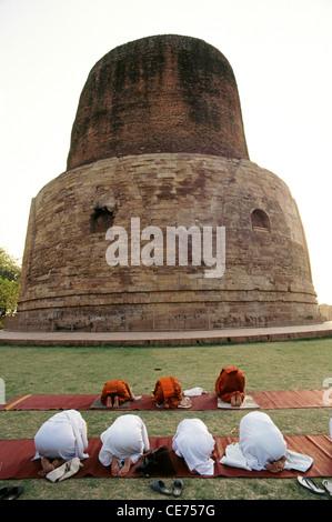 buddhistische Mönche beten am Sarnath Stupa Varanasi Uttar Pradesh, Indien - Stockfoto