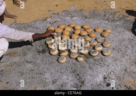 Mann, der indisches Brot auf Kohlenpulver macht; gujarat; indien; asien - Stockfoto