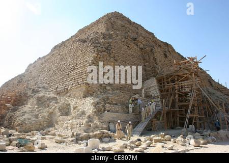 Männer arbeiten bei der Stufenpyramide Sakkara in Kairo, Ägypten - Stockfoto