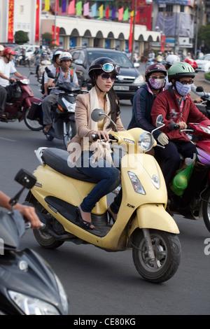 vietnamesin auf einem roller motorrad mit gro en laden des kartons durch die innenstadt von. Black Bedroom Furniture Sets. Home Design Ideas