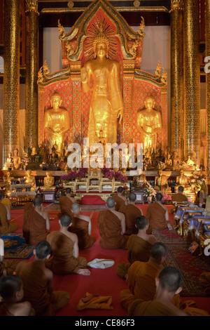"""Gesang der Mönche im Wat Chedi Luang oder """"Tempel des großen Stupa"""" - Stockfoto"""