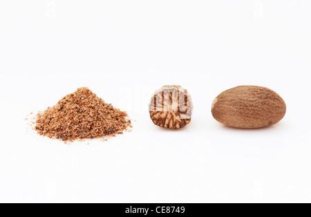 Myristica Fragrans. Muskatnuss und Boden Muskatnuss auf weißem Hintergrund - Stockfoto