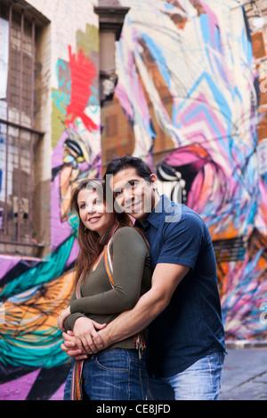 Junges Paar, umarmen, mit Gasse Straßenkunst im Hintergrund. Hosier Lane, Melbourne, Victoria, Australien - Stockfoto