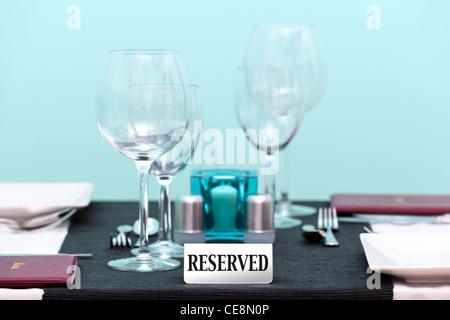 Foto von der reservierten Zeichen auf ein Restaurant Tischdekoration. Schwerpunkt ist das Schild mit einer sehr - Stockfoto