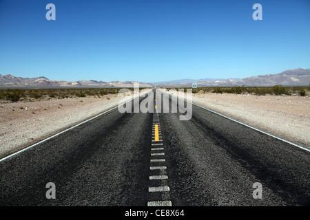 Eine Straße in der Wüste von Nevada - Stockfoto