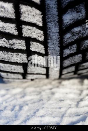 Nahaufnahme eines übersäten Auto Winterreifen Profil, Finnland