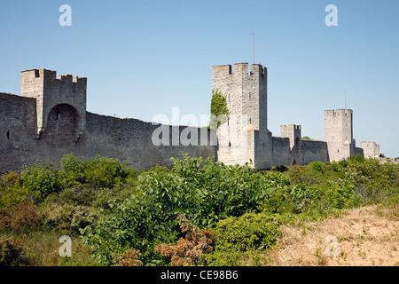 Die Stadtmauer, die mittelalterliche Stadtmauer mit Türmen um die mittelalterliche Hansestadt Visby auf der schwedischen - Stockfoto
