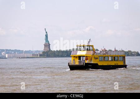 New York Fähre befördert die Passagiere auf den Hudson River und die Statue of Liberty vorbei. - Stockfoto