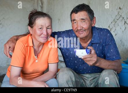 Ein Mann und eine Frau von asiatischen Aussehen haben Tee zu Hause - Stockfoto