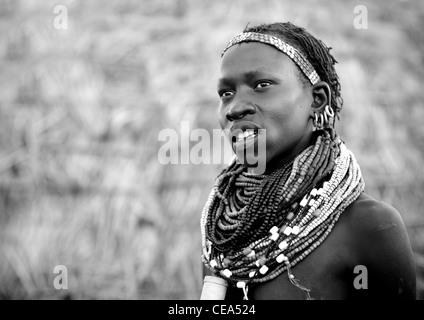 Porträt des Jünglings Nyangatom tragen große Perlen Halskette Äthiopien - Stockfoto