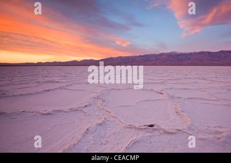 Sonnenaufgang über dem Salz Polygone und Muster am Salzsee Badwater im Death Valley Nationalpark, Kalifornien, USA - Stockfoto