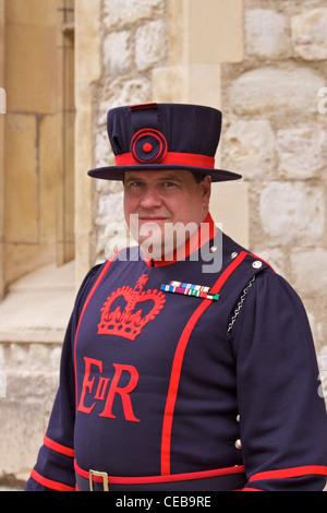 """Ein Yeoman Warder (aka Beefeater) in seinem blauen """"ausziehen"""" Uniform aus Königin Victorias Zeit, der Tower of - Stockfoto"""