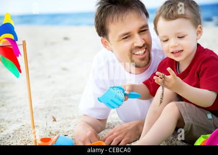 Vater und Sohn am Strand. - Stockfoto