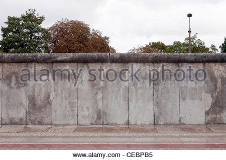 Eine erhaltene Stück der Berliner Mauer vor der Gedenkstätte Berliner Mauer, Berlin, Deutschland, Europa - Stockfoto