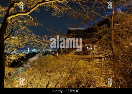 Kyotos Kyomizu-Dera Tempel nachts das Licht Festival. Ein japanischer hölzerner Tempel gemacht ohne irgendwelche - Stockfoto