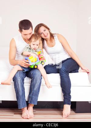glückliche Familie zu Hause ein Buch zu lesen - Stockfoto