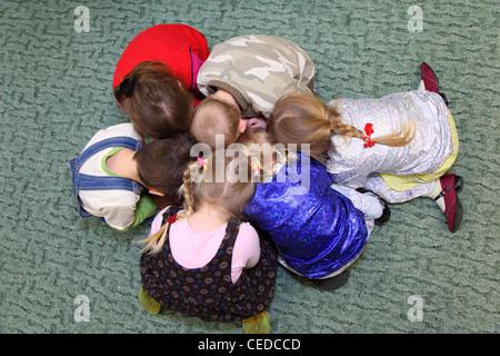 Spielende Kinder, Ansicht von oben - Stockfoto