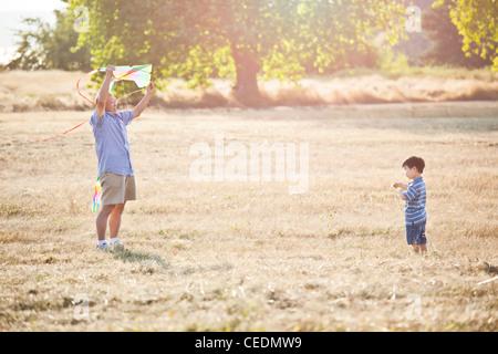 Chinesischen Großvater und Enkel fliegen Drachen - Stockfoto