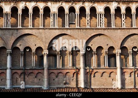 Säulen an Hauptfassade der Kathedrale Duomo Ferrara Emilia-Romagna Italien - Stockfoto