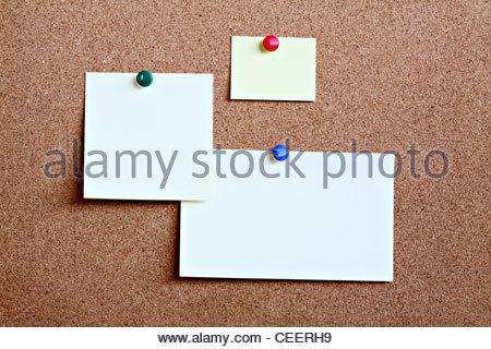 Nahaufnahme von Klebeetiketten angeheftet Matte mit Reißnadel Kork - Stockfoto