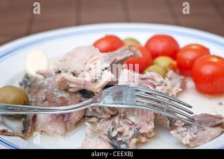 Makrele mit frischem Gemüse auf einem weißen Teller schließen Sie herauf Bild - Stockfoto