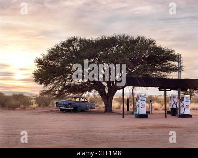 Tankstelle in der Kalahari-Wüste, Namibia, Afrika - Stockfoto
