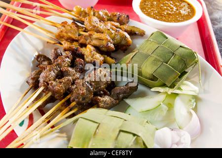 Huhn und Lamm Satay Spieße mit Ketupat Reis und Erdnuss-Sauce
